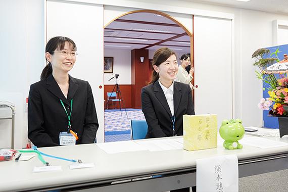 入社式の受付の様子です。熊本地震の寄付を募りました。